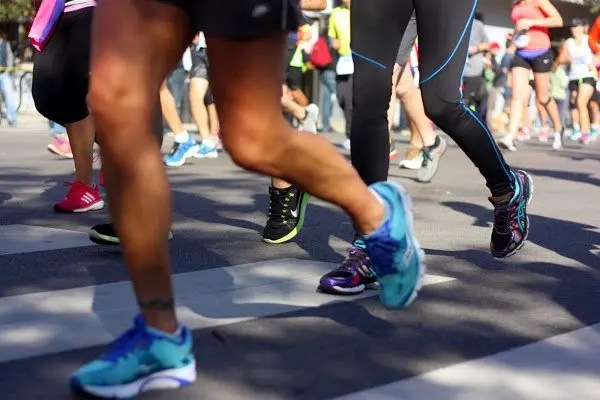 Chicago marathon runners, racing feet | www.honestlymodern.com