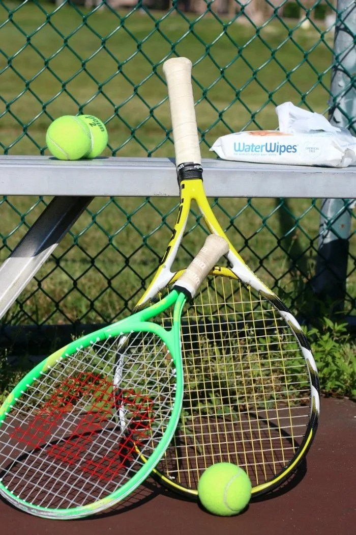 tennis racquest with water wipes