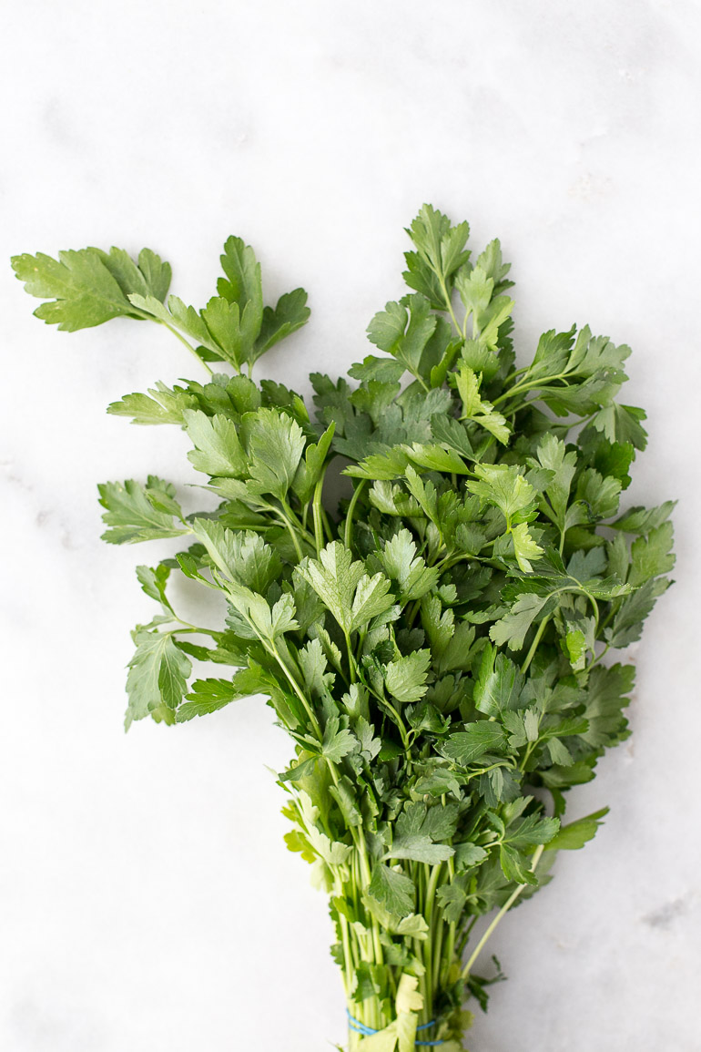 So much more than a pretty garnish, parsley offers heaps of medicinal benefits! Learn more, plus how to prepare it, tips for storing, and ideas for cooking. | via Honestly Nourished