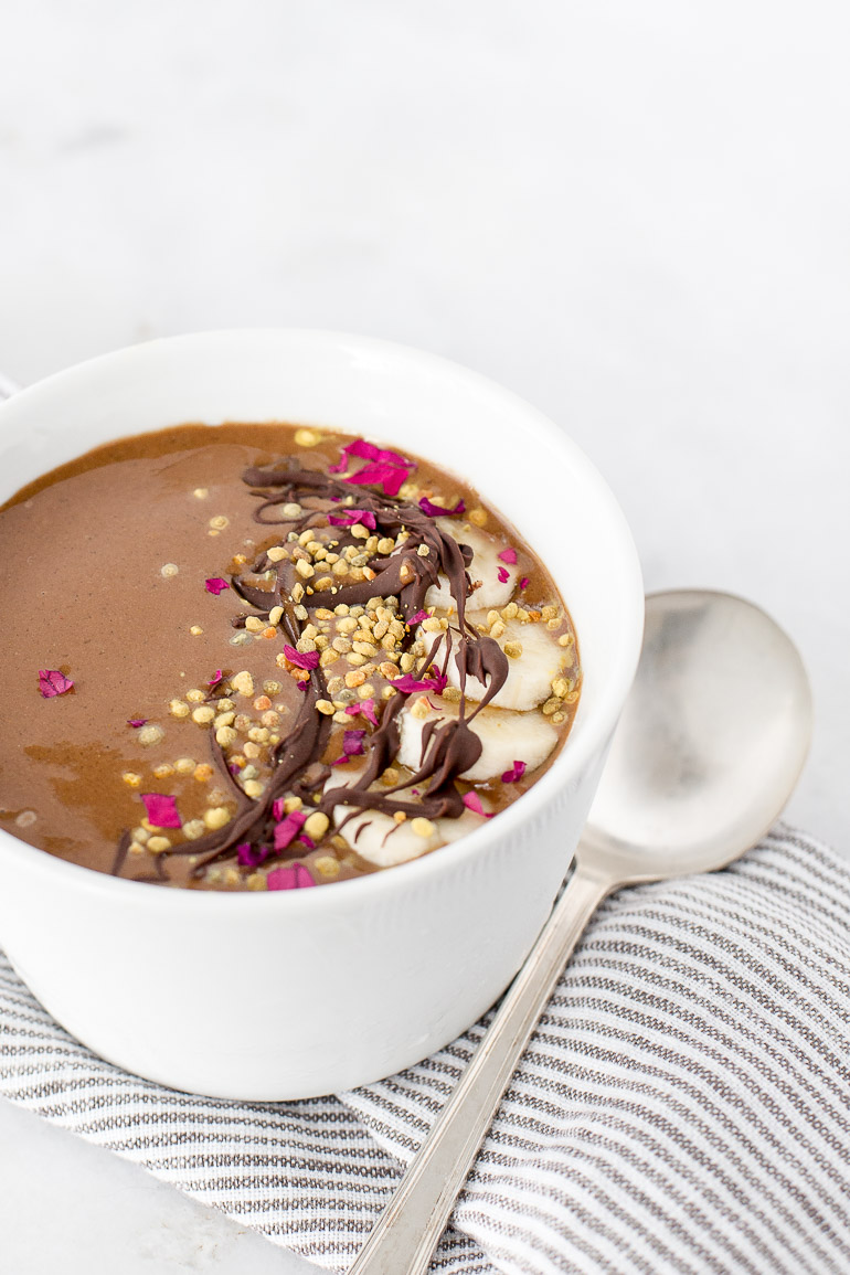 Refuel and replenish muscle glycogen after a hard workout with this super simple recipe for the ultimate post-workout recovery smoothie bowl.   gluten free + vegan + paleo   via Honestly Nourished