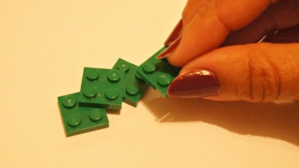 How to make a LEGO wreath photo ornament, connecting the bricks