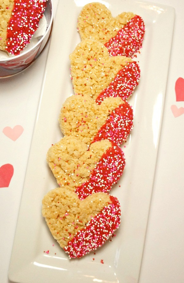 Valentine's Day Treats - Heart Shaped Chocolate Dipped Rice Krispies Treats. these are so cute for kids this Valentine's Day!