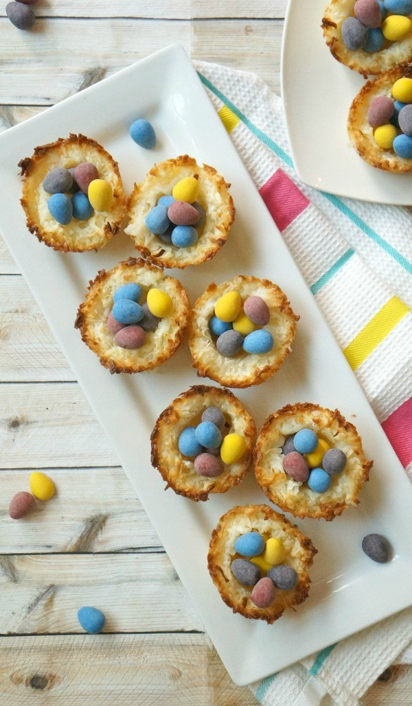 How cute are these Easter coconut macaroon birds nest cookies-!