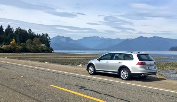 Lovely scenic drive through Bainbridge Island in the 2017 VW Gold AllTrack. Love the picturesque mountain view