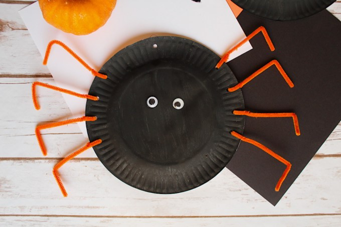Halloween pipe cleaner crafts- paper plate spiders