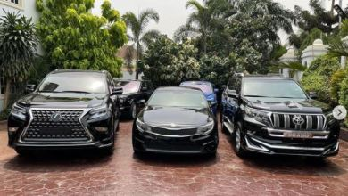 Photo of (WOW) E-Money Gifts His Friends Luxury Cars On His Birthday (Photos)
