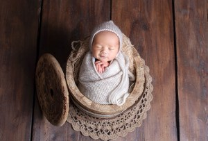 Baby Fotoshooting mit Holzschale