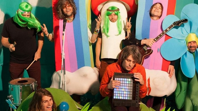 The-Flaming-Lips-–-With-A-Little-Help-From-My-Fwends Les Flaming Lips s'attaquent au Sgt. Pepper's Lonely Hearts Club Band des Beatles