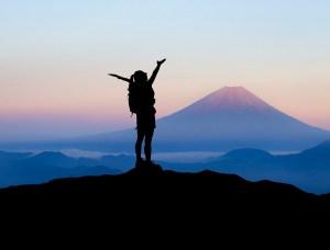 Eine Frau steht am Berg vor dem Sonnenaufgang - Hope and Shine