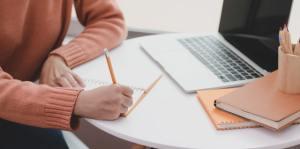 Frau schreibt am Laptop - Leben im Hier und Jetzt