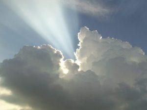 Lichtstrahl kommt aus den Wolken