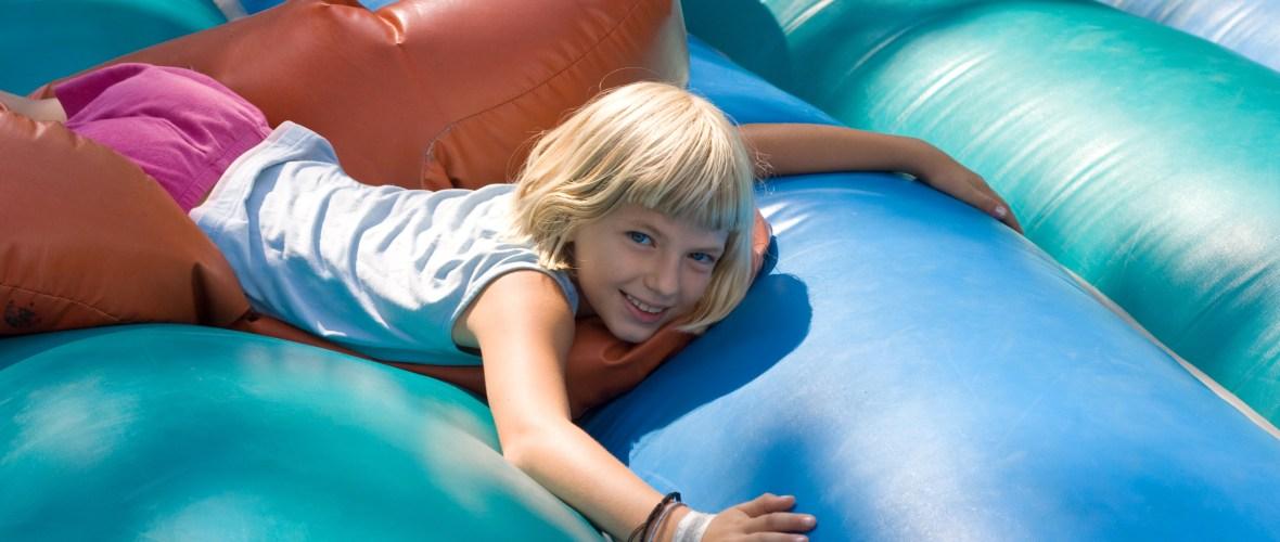Bild Blondes Mädchen auf Hüpfburg Hopsi Hüpfburg-Vermietung