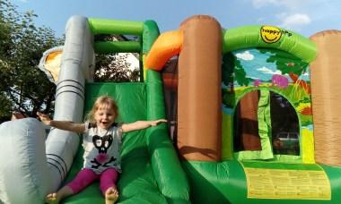 Mädchen rutscht auf Hüpfburg Dumbo von Hopsi Hüpfburg Vermietung