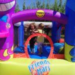 Kinder hüpfen auf Hüpfburg Poldi & Goldi