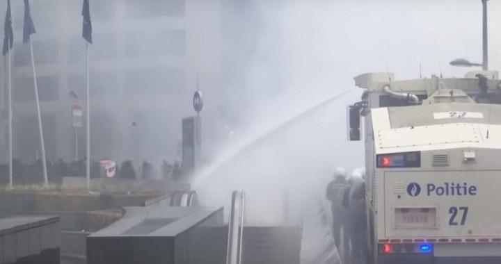 Protesta migratoria en Bruselas: la policía dispara gases lacrimógenos y cañones de agua contra los manifestantes fuera de la sede de la UE