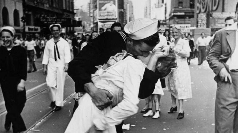 Muere marinero de la foto del beso
