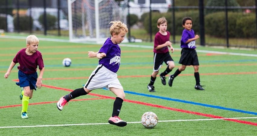 Ninos jugando al futbol
