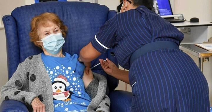 Margaret Keenan, de 90 años, la primera persona inmunizada en la campaña de vacunación de Reino Unido