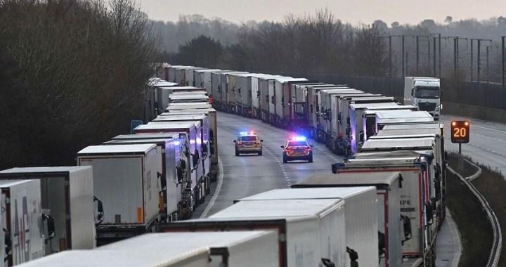 Las autoridades comienzan a desbloquear la situación de los transportistas en el Reino Unido