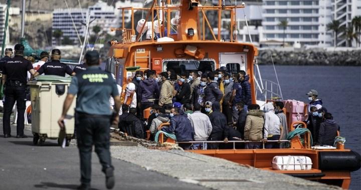 El Gobierno traslada a más de 200 inmigrantes de Canarias a Granada