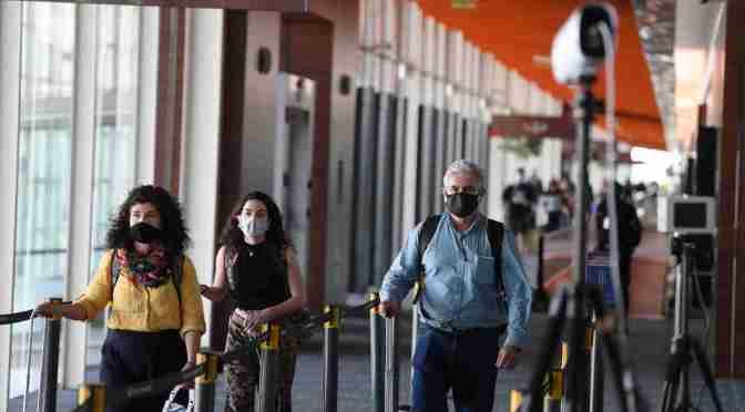 Los argentinos que regresen del exterior podrán seguir optando por PCR o cuarentena y los menores de 6 quedarán exceptuados