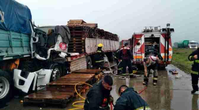 Un conductor se durmió y con su camión chocó a otro, en la ruta 6