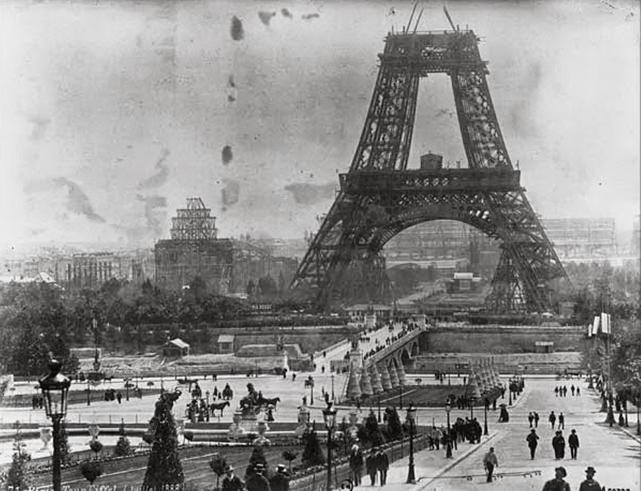 TORRE EIFFEL EM CONSTRUCAO 1897.jpg
