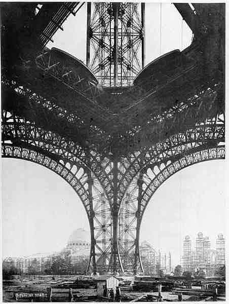 Torre Eiffel Construção - por baixo
