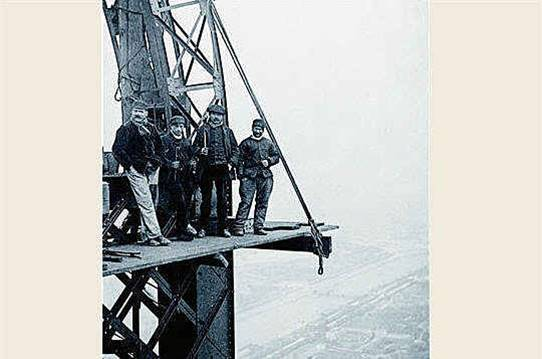 Torre Eiffel Construção - Olha a Segurança no Trabalho da época