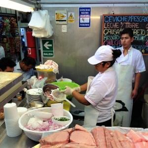 Cevichando pescado en Mercadito Casuarinas, Lima by @horatope