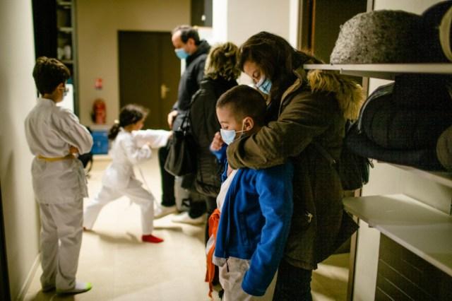 Le 16 Decembre 2020, à 29 rue des Cordelières 75013 Paris. Les enfants reprennent leurs cours de karaté.