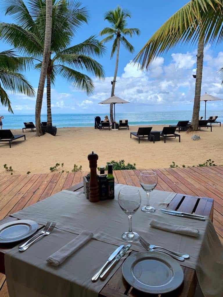 table romantique sur plage aux Caraïbes
