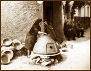 Alfarera haciendo un horno en la calle