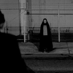 Des Nachts befreit das Vampir-Mädchen (Sheila Vand) die Stadt von so manch widerlichem Subjekt.