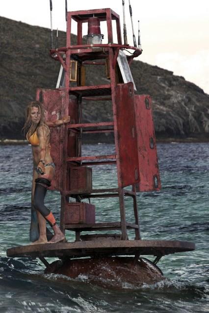 Rettung so nah und doch so fern: Nancy (Blake Lively) sucht Schutz auf der Boje © 2016 Sony Pictures Releasing GmbH