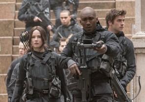 Katniss Everdeen (Jennifer Lawrence, links), Boggs (Mahershala Ali, mittig) und Gale Hawthorne (Liam Hemsworth, rechts)