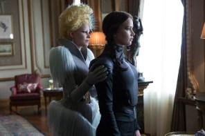 Effie Trinket (Elizabeth Banks, links) und Katniss Everdeen (Jennifer Lawrence, rechts)