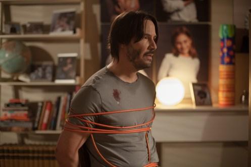 ©SquareOne/Universum Evan (Keanu Reeves) ist jetzt bewusst, dass die beiden Schönheiten ein gefährliches Katz-und-Maus-Spiel mit ihm treiben.