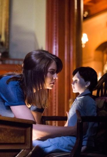 Greta (Lauren Cohan) ist schockiert: Die Porzellanpuppe führt ein furchteinflößendes Eigenleben. © capelight pictures