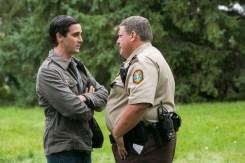 So & So (James Ransone) hält Polizist Shermer (Howie Johnson) davon ab, Courtney und die Jungen mitzunehmen. © Wild Bunch Germany