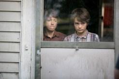 Zack (Dartanian Sloan) hänselt seinen ängstlichen Bruder Dylan (Robert Sloan), während sie die Geisterkinder im Garten beobachten. © Wild Bunch Germany