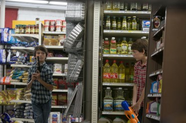 Dylan und Zack (Robert und Dartanian Sloan) spielen im Supermarkt. © Wild Bunch Germany
