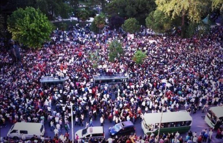 Il centro di Izmit, sede dell'impianto Pirelli dove si costruiscono le gomme per la F1, con i manifestanti contro le politiche neo-islamiste del governo Erdogan (Foto da Twitter)