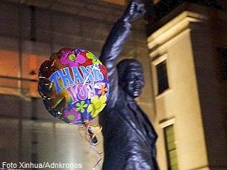 """Un palloncino saluta la """"partenza"""" di Nelson Mandela..."""