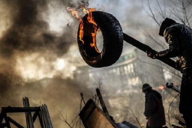 20140221-kiev-riots-fired-tyre-660x440