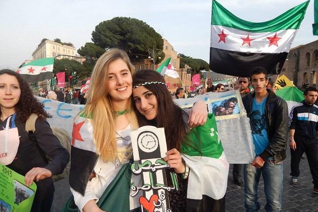 Da sinistra, Greta Remelli e Vanessa Marzullo, durante una manifestazione tenuta a Roma in sostegno del popolo siriano , lo scorso 15 marzo (Foto da Facebook)