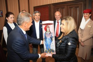 Ms Sawaya receiving a gift from Tatarstan President