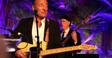 Bruce Springsteen gave a surprise performance to encourage bidders at the Rockin' Rio Olympic benefit for the US Equestrian Team Foundation on Friday night.
