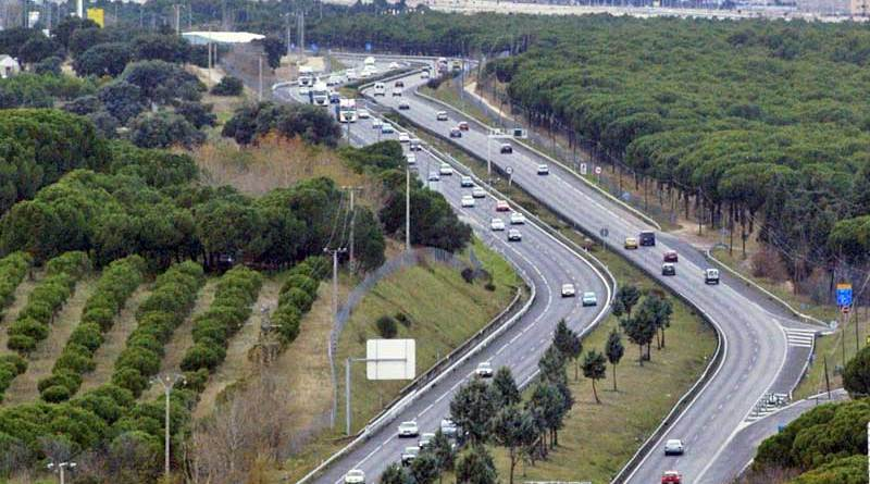 The A-5 autovía near Navalcarnero, Madrid. Topsoil can be in short supply when restoring ground following major infrastructure developments. Photo: FDV, CC BY-SA 3.0 via Wikimedia Commons
