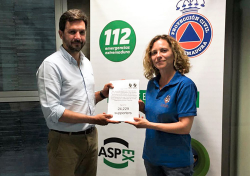 Extremadura's Chief of Interior Affairs and Health and Safety at Public Events, Victor Garcia Vega receiving the petition from Veronica Sanchez, director of El Refugio del Burrito.